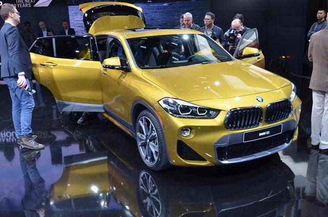 มาแล้วสำหรับคนที่เฝ้ารอความสปอร์ตของ SUV รุ่นเล็ก เมื่อ BMW เผยโฉมทางเลือกใหม่อย่าง X2 สำหรับแทรกกลางทำตลาดระหว่าง X1 และ X3 พร้อมเครื่องยนต์ 4 สูบ 2,000 ซีซี เทอร์โบเบนซิน 228 แรงม้า