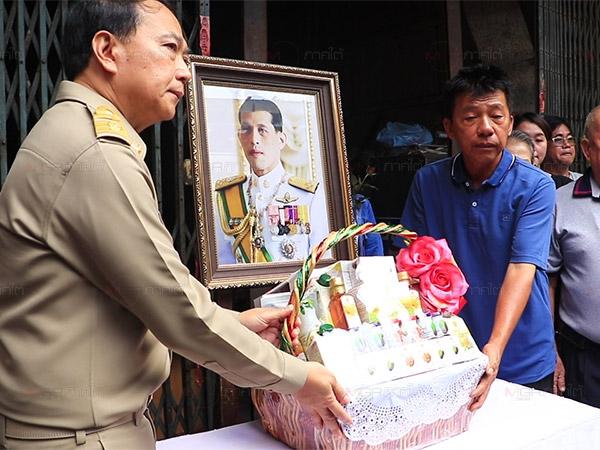 ผวจ.ยะลาเชิญดอกไม้ และตะกร้าสิ่งของพระราชทานเยี่ยมผู้ป่วย และครอบครัวผู้เสียชีวิตจากเหตุระเบิด