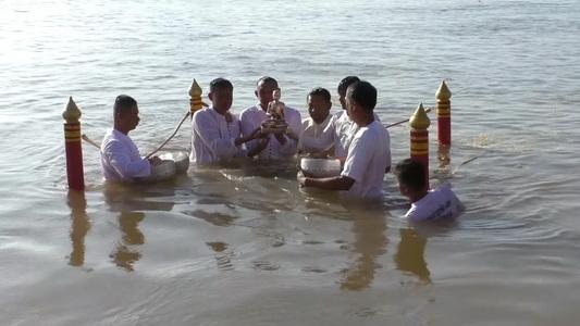 (ชมภาพชุด)บุญใหญ่!ชาวพุทธเรือนแสนแน่นริมโขง ร่วมอัญเชิญพระอุปคุตนมัสการพระธาตุพนม