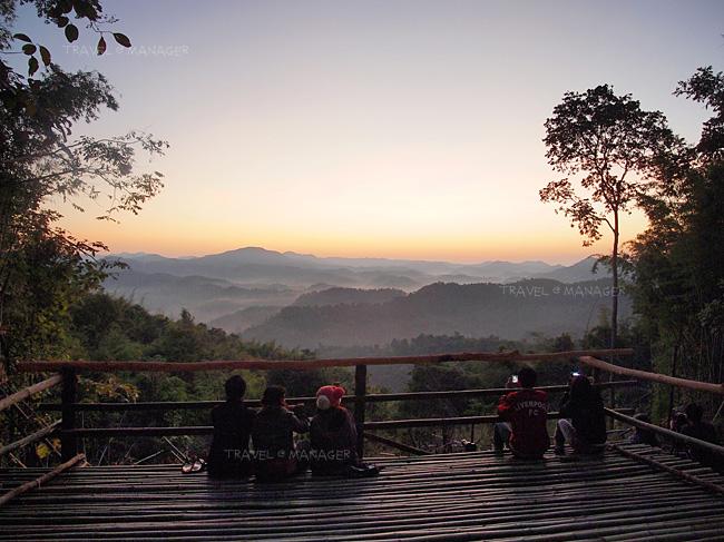 ชมพระอาทิตย์ขึ้นที่จุดชมวิวห้วยต้นไฮ