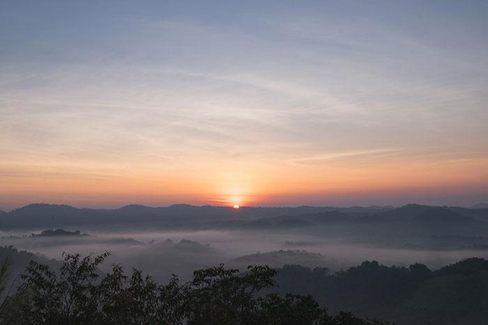ทะเลหมอกและพระอาทิตย์ขึ้นที่เขานก (ภาพจาก ททท. สุโขทัย)