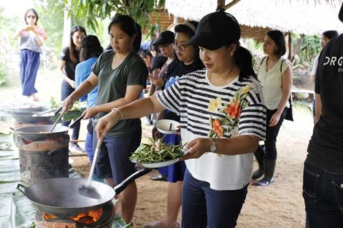 กิจกรรมท่องเที่ยววิถีอินทรีย์ ดำนา ทำกับข้าวกินร่วมกันทั้งครอบครัว