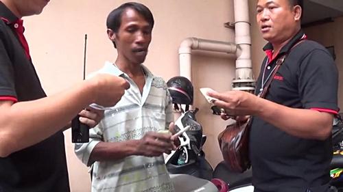 เหิมหนัก คนร้ายล็อกคอชิงเงินสดหนุ่มพนัสฯ กลางลานจอดรถห้างดังเมืองชล