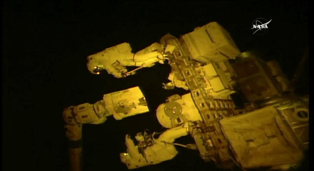 มนุษย์อวกาศ 2 คน คือ วานเด ไฮ (บน) และ ทิงเกิล (ล่าง) ติดตั้งอุปกรณ์ที่เปรียบเสมือนมือใหม่ให้สถานีอวกาศ (NASA TV via AP)  (NASA TV via AP)