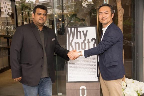 รอนนี่ โกรเวอร์ (ซ้าย)  กรรมการผู้จัดการ บริษัท  รอนนี่ อินเตอร์เทรดดิ้ง จำกัด  และ ฮิโรมิตสุ เอ็นโดะ (ขวา)  ประธานเจ้าหน้าที่บริหาร Knot จำกัด ประเทศญี่ปุ่น