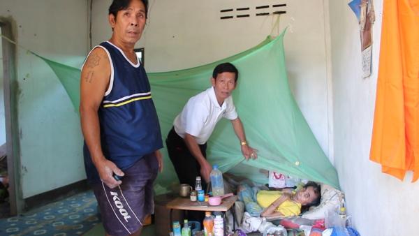 อนาถาจริง..พบพ่อเฒ่าวัย 73 ปี พิการติดเตียง มีแต่น้องชายยากจนแวะส่งข้าว-ส่งน้ำ (ชมคลิป)