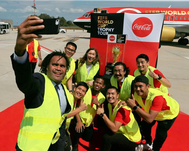 """""""การอมเบอ"""" นำถ้วยบอลโลกเยือนภูเก็ต """"โค้ก"""" ทุ่ม 1 ล้านมอบทุนกีฬาเด็กไทย"""