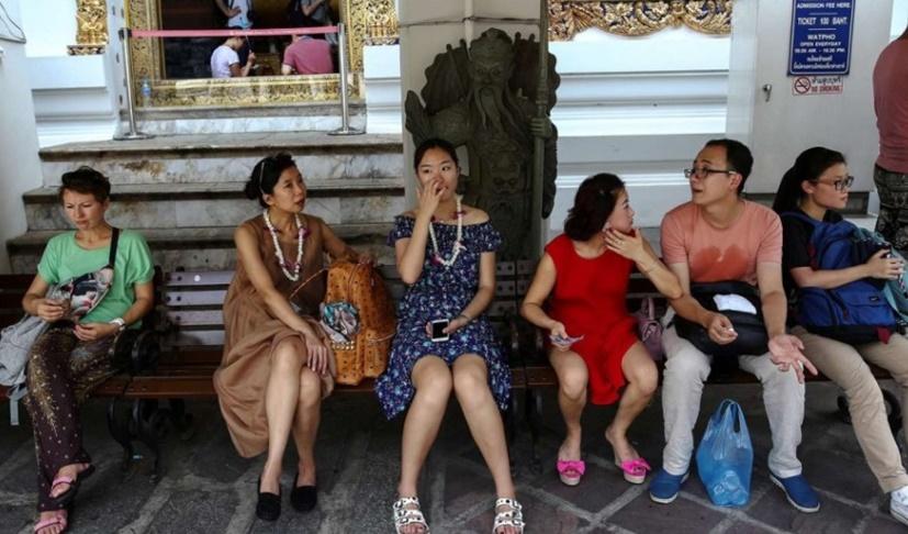 """In Clip : สื่อนอกแฉ """"ทัวร์จีนศูนย์เหรียญ"""" ร่วมมือกับคนไทยในวัดชื่อดังแถวภูเก็ต บังคับเช่าซื้อวัตถุมงคลราคาหลายหมื่น"""