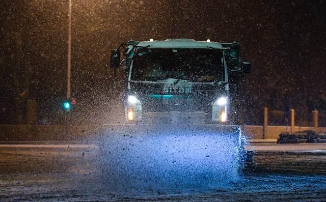รถบรรทุกกำลังกวาดหิมะในเมืองหนันจิง มณฑลเจียงซู ทางภาคตะวันออกจีน วันที่ 25 ม.ค. (ภาพ ซินหวา)