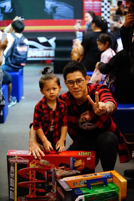 """""""ครอบครัวรัชชานนท์"""" ร่วมงานวันเด็กแห่งชาติ เปิดสนามชิงชัยแชมป์รถเหล็ก Majorette"""