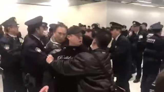 (คลิป) นักท่องเที่ยวจีนวิวาท จนท.ญี่ปุ่น เหตุตกค้างบินล่าช้า 24 ชม. และไม่ให้ไปซื้อของกิน