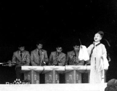เติ้ง ลี่จวิน เมื่อครั้งคว้ารางวัลชนะเลิศในการประกวดร้องเพลงจากสถานีวิทยุแห่งชาติไต้หวัน