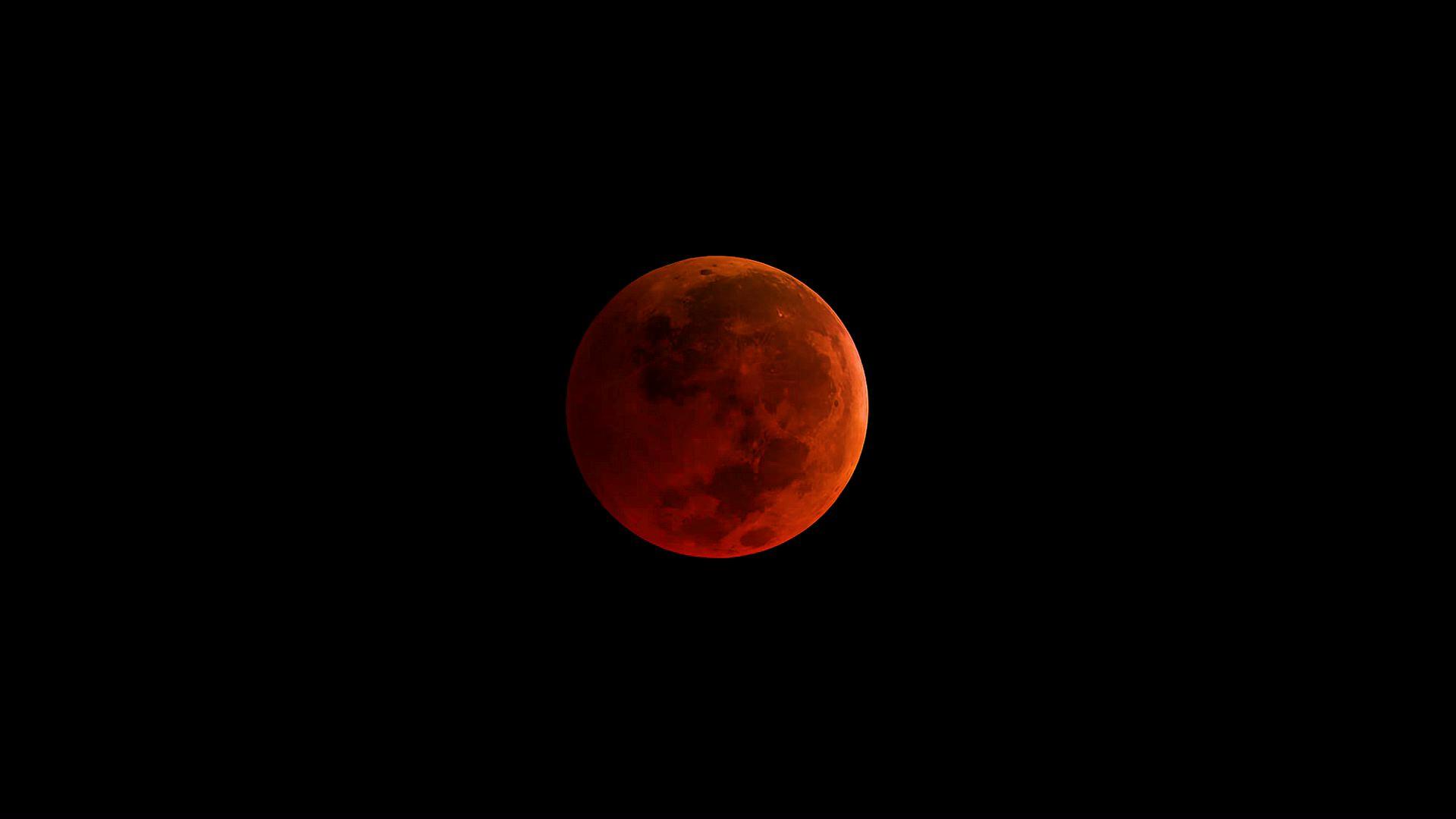 ภาพขณะเกิดจันทรุปราคาเต็มดวงเป็นสีแดงอิฐโดยนาซา (NASA)