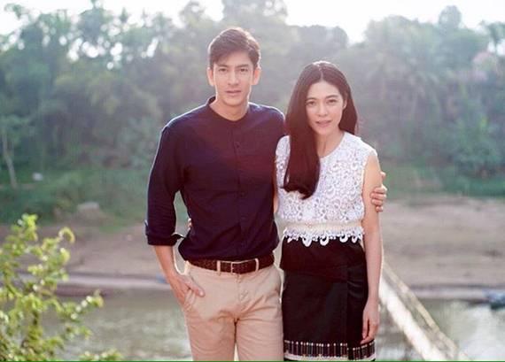 สมชื่อแม่หญิงไทย ดาว-พอฤทัย สวมผ้าไทยตักบาตรเช้าที่หลวงพระบางเผื่อแผ่ความสวยไปถึงประเทศเพื่อนบ้าน