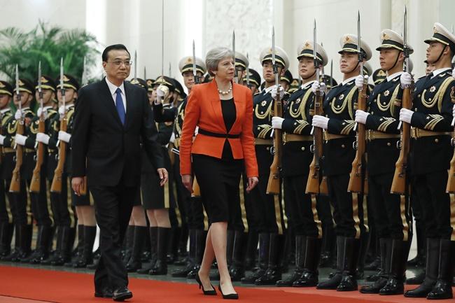 """InClip : """"นายกฯอังกฤษ"""" เตือน """"ปักกิ่ง"""" ให้เล่นตามกรอบกติกาโลกก่อนเปิดฉากเยือนจีนวันนี้"""