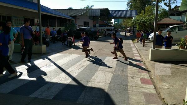 ทางม้าลายก็ไม่เว้น ! รถจักรยานยนต์พุ่งชนเด็กในโรงเรียนแม่สอดเจ็บ 4 ราย