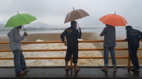 ฝนถล่มกุยบุรีนานกว่า 24 ชม. 3 อ่างใหญ่น้ำล้นสปิลเวย์