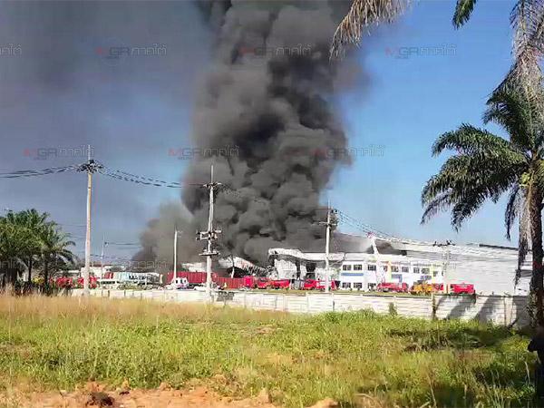 ผู้ว่าฯ ตรังสั่งอพยพชาวบ้านหวั่นควันจากเหตุไฟไหม้โรงงานผลิตถุงมือส่งผลกระทบ