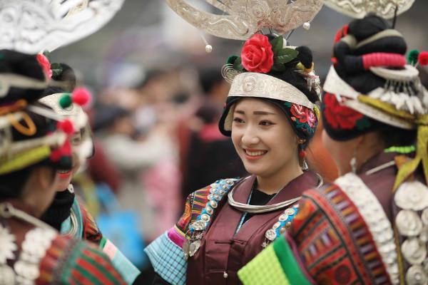 ชมภาพความสดใส สาว ๆ ชนเผ่าเหมียวใส่ชุดประจำเผ่าฉลองรับลมอุ่นแห่งฤดูใบไม้ผลิ