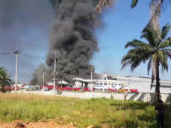 เจ้าหน้าที่คุมเพลิงไหม้โรงงานถุงมือยางให้อยู่ในวงจำกัดได้แล้ว พบโกดังวอดทั้งหลัง