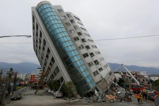ไต้หวันยังระทึก! แผ่นดินไหวทำตึกเอียงกระเท่เร่ ตาย 7 สูญหายกว่า 80 (ชมภาพ)