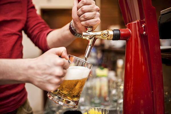 """10 ปี กม.คุมน้ำเมา พบยังลอบขาย """"หอพัก-เด็กต่ำกว่า 20 ปี"""" สูง โฆษณาออนไลน์พุ่ง 134%"""