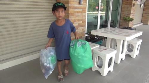 ยอดกตัญญู!!!เด็กชายวัย 8 ขวบ เลิกเรียนช่วยเข็นรถพาตาพิการ เก็บของเก่าขาย