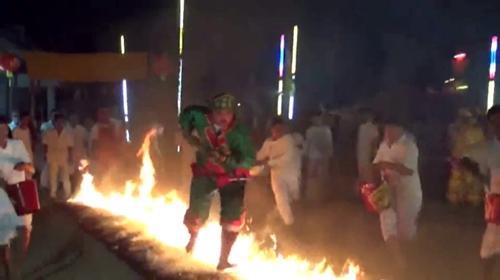 ม้าทรงทั่วชลบุรีร่วมลุยไฟในงานประจำปีศาลเจ้าไต่เสี่ยฮุกโจ้ว พนัสนิคม