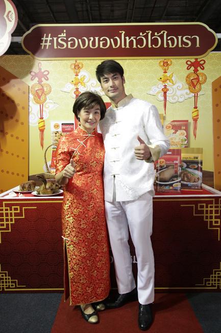 """""""บอย ปกรณ์"""" ควง """"คุณแม่งามทิพย์"""" จัดเคมเปญ """"ตรุษจีนกับซีพี ชุดนี้มีแต่เฮง"""" ช้อปของไหว้เจ้า เสริมมงคลรับตรุษจีนปีจอ"""