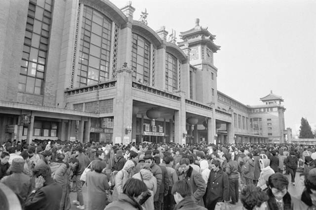 คลื่นแรงงานต่างถิ่นที่สถานีรถไฟปักกิ่ง เดินทางกลับบ้านไปฉลองตรุษจีน  แฟ้มภาพ 16 ม.ค. 1993--ซินหวา