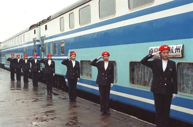 เจ้าหน้าที่ดูแลบริการผู้โดยสารเตรียมออกปฏิบัติหน้าที่ที่สถานีรถไฟหนันจิง มณฑลเจียงซู ภาพวันที่ 8 ม.ค. 1998 –ซินหวา