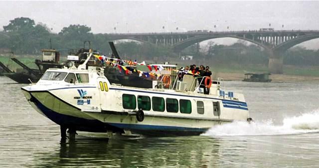 ชาวจีนนั่งเรือเร็วกลับบ้านไปตามลำน้ำเซียง มณฑลหูหนัน  ภาพ 5 ก.พ. 1999 –ซินหวา