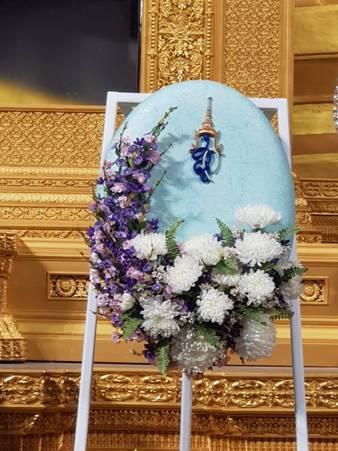 สมเด็จพระนางเจ้าฯ พระบรมราชินีนาถ ในรัชกาลที่ ๙ พระราชทานพวงมาลาหน้าหีบศพหลวงพ่อเจ้าอาวาสวัดฤาษีลิงดำ