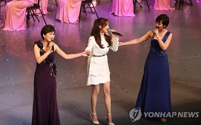 """""""ซอฮยอน"""" โผล่เซอร์ไพร์สขึ้นร้องเพลงกับนักร้องโสมแดงต่อหน้าน้องสาวคิมจองอึนตามคำขอของ ปธน. เกาหลีใต้"""