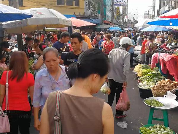 ชาวไทยเชื้อสายจีนหาดใหญ่ออกซื้อสิ่งของเซ่นไหว้ในวันจ่ายตรุษจีนคึกคัก