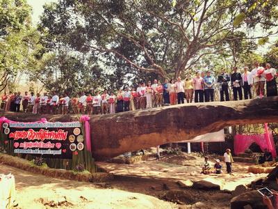 """วิวาห์หมู่ 18 คู่หนุ่มสาวชาวอุดรฯ ใช้ """"สะพานหินท่าลี่"""" อายุกว่า 65 ล้านปีเป็นพยานรัก"""