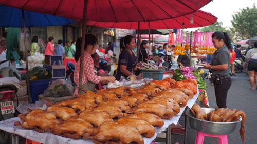 บรรยากาศวันจ่ายเทศกาลตรุษจีนนครปฐมหงอยๆ ในขณะที่ชะอำการจับจ่ายคึกคัก