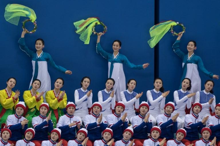 <i>บรรดาเชียร์ลีดเดอร์ของเกาหลีเหนือ กำลังนำเชียร์ระหว่างการแข่งขันกีฬาโอลิมปิกฤดูหนาวที่เมืองพยองชาง, เกาหลีใต้  ทั้งนี้เกาหลีใต้ควักงบประมาณ 2.64 ล้านดอลลาร์ (ราว 83 ล้านบาท) สำหรับค่าใช้จ่ายของเชียร์ลีดเดอร์เหล่านี้ ตลอดจนคณะผู้แทนอื่นๆ ของโสมแดง ในการเดินทางเข้าร่วมพยองชางเกมส์ครั้งนี้ </i>