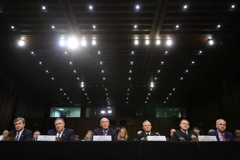 <i>พวกบิ๊กวงการข่าวกรองอเมริกัน (จากซ้ายไปขวา) คริสโตเฟอร์ เรย์ ผู้อำนวยการเอฟบีไอ, ไมค์ ปอมเปโอ ผู้อำนวยการซีไอเอ,  แดน โคตส์ ผู้อำนวยการสำนักงานข่าวกรองแห่งชาติ, พล.ท.โรเบิร์ต แอชลีย์ ผู้อำนวยการข่าวกรองกลาโหม, พล.ร.อ.ไมเคิล โรเจอร์ ผู้อำนวยการสำนักงานความมั่นคงแห่งชาติ, และ โรเบิร์ต คาร์ดิลโล ผู้อำนวยการสำนักข่าวข่าวกรองเชิงพื้นที่ภูมิศาสตร์แห่งชาติ  ขณะไปแถลงให้ปากคำต่อคณะกรรมาธิการข่าวกรองของวุฒิสภาสหรัฐฯ เมื่อวันอังคาร (13 ก.พ.) </i>