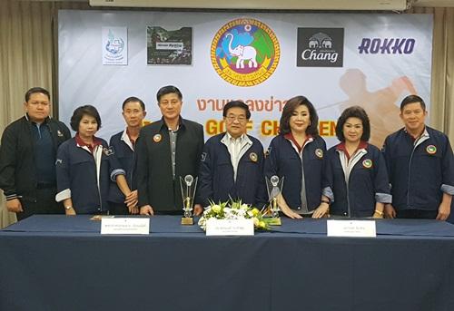 """ดร.ชัยณรงค์ ณ ลำพูน ( ที่ 4 จากขวา) ที่ปรึกษาสมาคมชาวเหนือ พร้อมด้วย พล.อ.อ. สมชายเธียรอนันท์ (ที่ 4 จากซ้าย) อดีตกรรมการผู้อำนวยการใหญ่ บริษัท วิทยุการบินแห่งประเทศไทย จำกัด ร่วมเป็นประธานในการแถลงข่าวจัดการแข่งขันกอล์ฟสมัครเล่นรายการ """"มหกรรมกอล์ฟ  ชาลเลนจ์"""" เพื่อระดมทุนสนับสนุนโครงการสาธารณประโยชน์ของสมาคมชาวเหนือ ณ สโมสรกอล์ฟอัลไพน์ เชียงใหม่"""