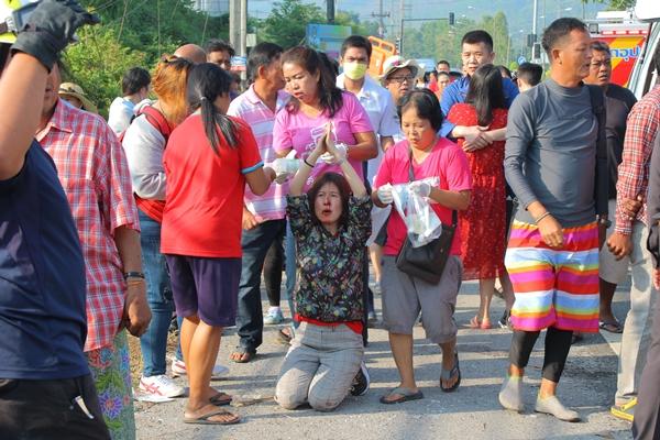 ชนสนั่น! รถทัวร์นักท่องเที่ยวชาวจีนปะทะเสาไฟฟ้าริมถนนพังงา คนขับดับ เจ็บเพียบ