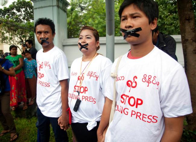 """เสรีภาพสื่อในพม่าถูกตั้งคำถามหลังประชาธิปไตยยุค """"ซูจี"""" ปราบปรามนักข่าวหนัก"""