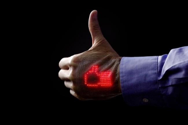 จอแสดงผลสุดนิ่ม ยืดหยุ่นได้เหมือนผิวหนังนี้มีความหนา 1 มม. ใช้แผงไฟ LED จิ๋ว 16 x 24 ดวง