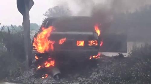 เก๋งพุ่งชนเสาไฟฟ้าแรงสูงพนัสนิคม เพลิงไหม้วอด โชคดีคนขับหนีตายหวุดหวิด