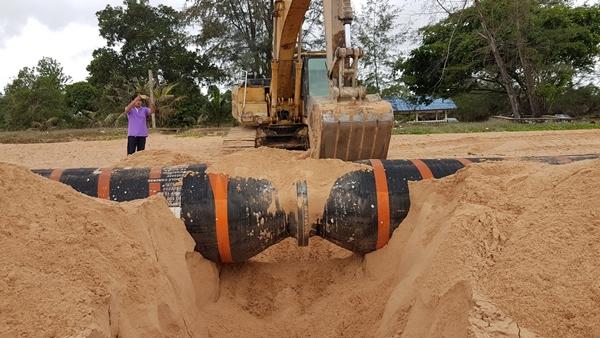 ย้ายแล้วท่อน้ำมันยักษ์หลังถูกคลื่นซัดเกยหาดที่ชุมพร ยังหาเจ้าของไม่เจอ