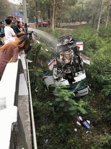 รถบัสโดยสารขอนแก่น-เลย ตกสะพานผานกเค้า ดับ 1 เจ็บ 8