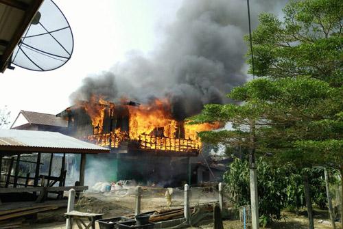 ไหม้พรึบ เผาวอดบ้านไม้เมืองช้างพร้อมทรัพย์สิน ญาติลุยอุ้มตา 88 ปีหนีเปลวเพลิงรอดตาย