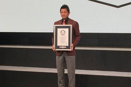 คาซึโยชิ มิอุระ นักเตะมืออาชีพรุ่นใหญ่ ได้รับการบันทึกลงกินเนสบุ๊คว่าเป็นนักเตะอายุมากที่สุดที่ทำประตูได้