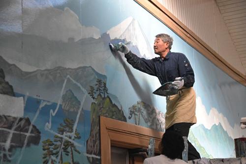 """สุดยอดจิตรกรที่วาดรูปภูเขาไฟฟูจิที่โรงอาบน้ำสาธารณะ """"ช่างฝีมือยุคใหม่"""" ใช้เวลาเพียง 3 ชั่วโมง"""
