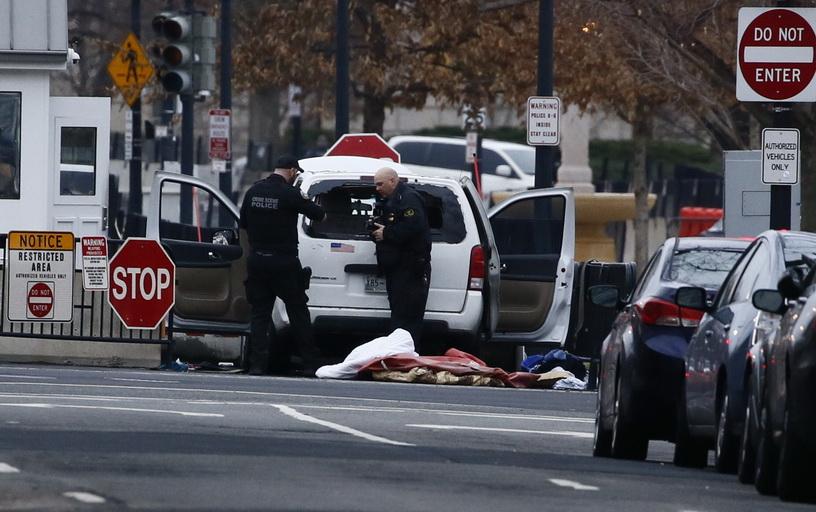 """ตำรวจสหรัฐฯ รวบหญิงมะกันขับรถตู้พุ่งชนแบร์ริเออร์ """"ทำเนียบขาว"""""""